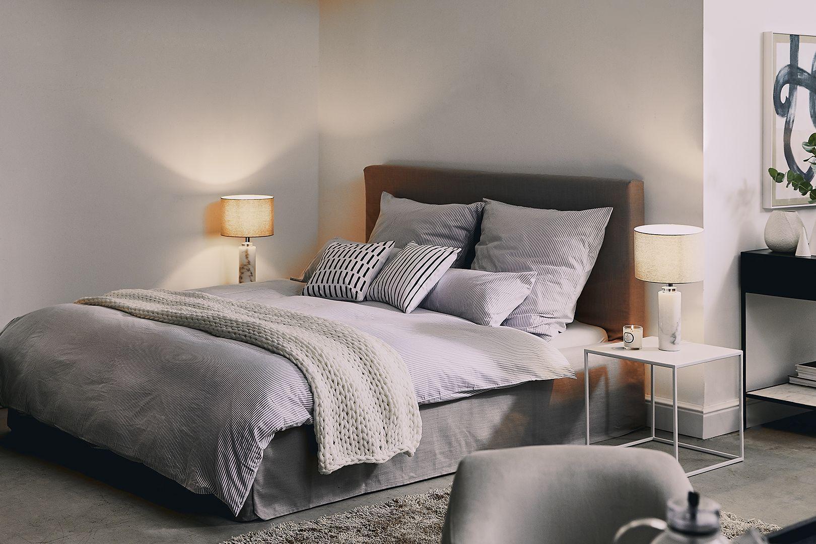 Spálňa v sivej